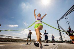 Zieleinlauf einer weiblichen Marathon-Läuferin